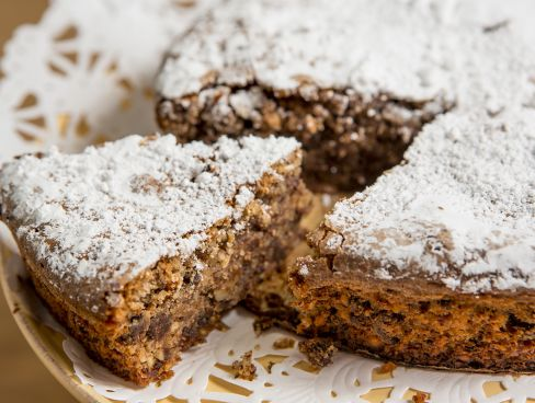 עוגת שקדים עם שוקולד בזיגוג אבקת סוכר