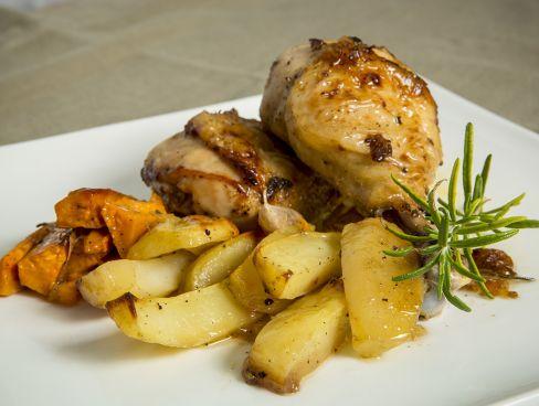 """כרעיי עוף בגריל בטימין / רוזמרין מוגש עם תפו""""א אפוי בתנור"""