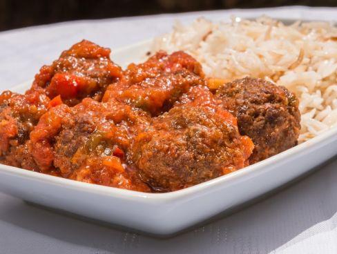 קציצות בשר בקר ברוטב עגבניות ואורז לבן