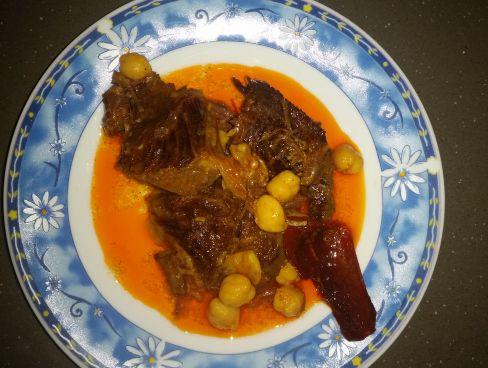 בשר מבושל עם גרגרי חומוס ברוטב סמיך