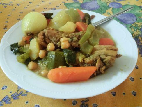 מרק עוף וקוסקוס - ממרוקו באהבה - מרק עשיר בירקות, חלקי עוף וגרגרי חומוס + ליטר וחצי קוסקוס
