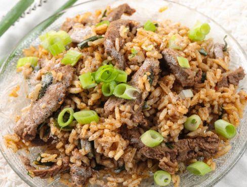 רצועות בקר ובצל ירוק מוקפצות עם אורז ורוטב פאד תאי