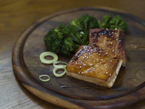 טופו צרוב בסגנון יפני עם ברוקולי