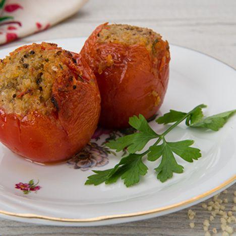 עגבניות ממולאות בתערובת ירקות, קוסקוס ועשבי תיבול