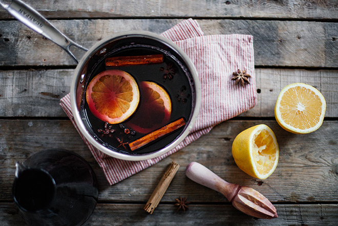 Star-anise-cinnamon-and-orange-mulled-wine-styled
