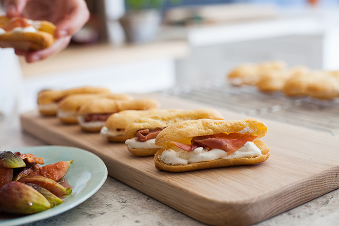 Blue-cheese-and-crispy-Parma-ham-filling-garnished-with-caramelized-fig2