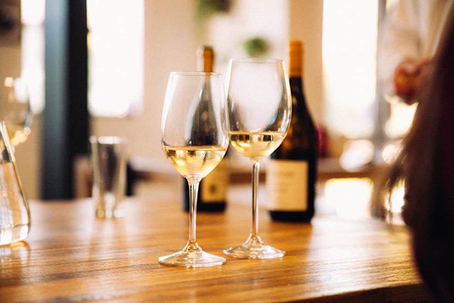 Hilton-wine-viognier-glasses