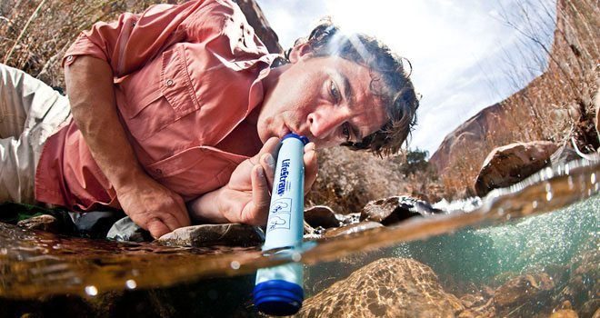 LIFESTRAW-drinking-from-puddle