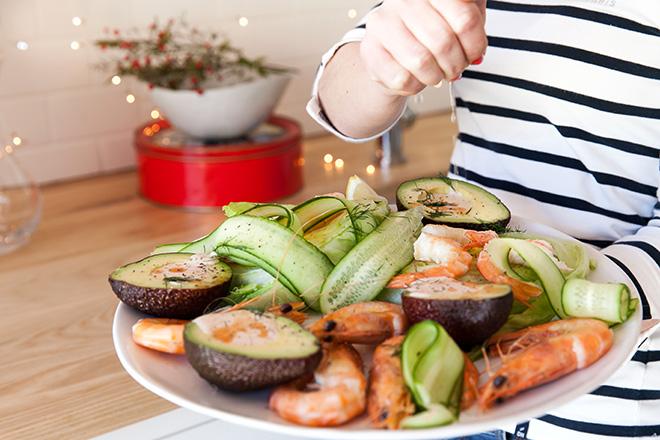 avo-ritz-platter-served-with-lemon