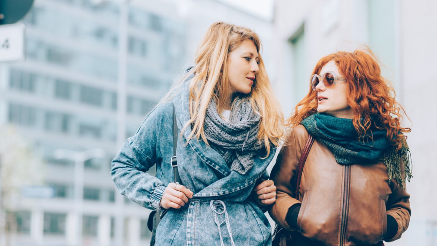 2 women walking in the city talking about the side effects and their contraceptive pills
