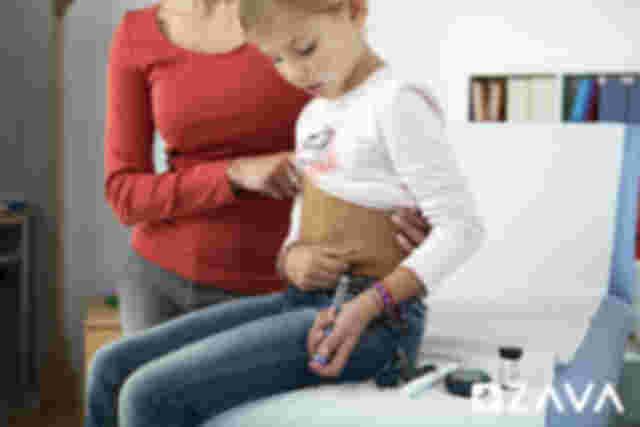 Mädchen mit Diabetes Typ 1 spritzt sich Insulin