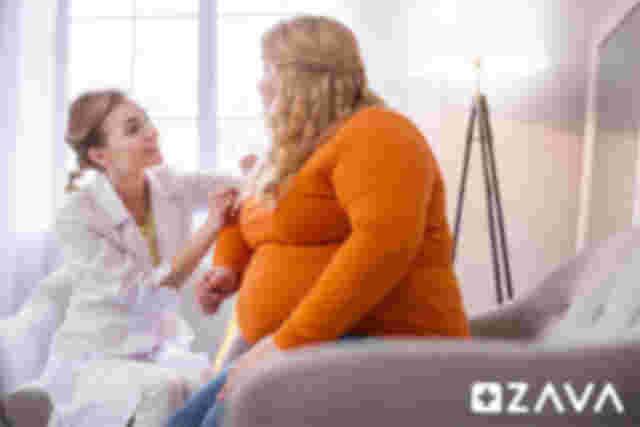 Übergewichtige Frau mit Diabetes Typ II wird von Ärztin untersucht
