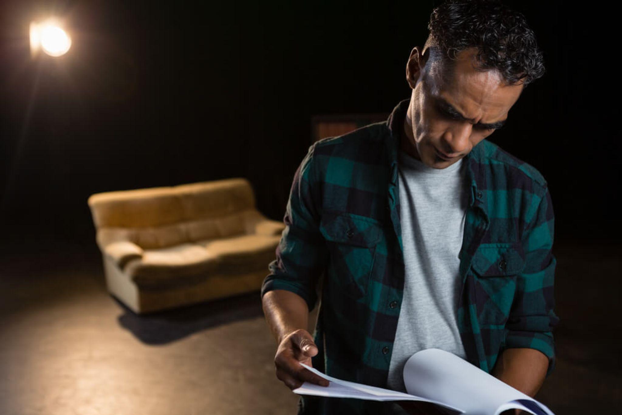 un comédien se prépare et répète son texte