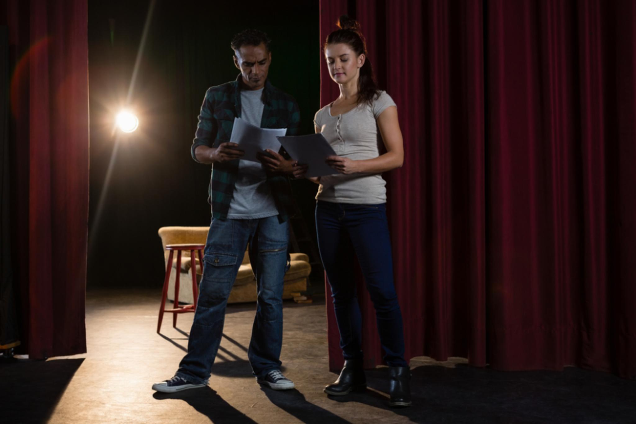Comédiens apprenant leur texte de théâtre
