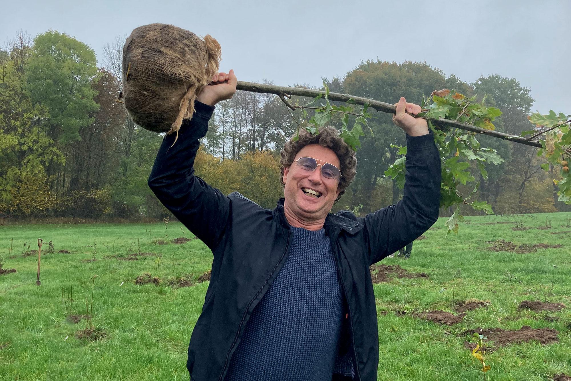 Ein Mann, ein Wort: Atze Schröder pflanzt 10.000 Bäume für seine Fans