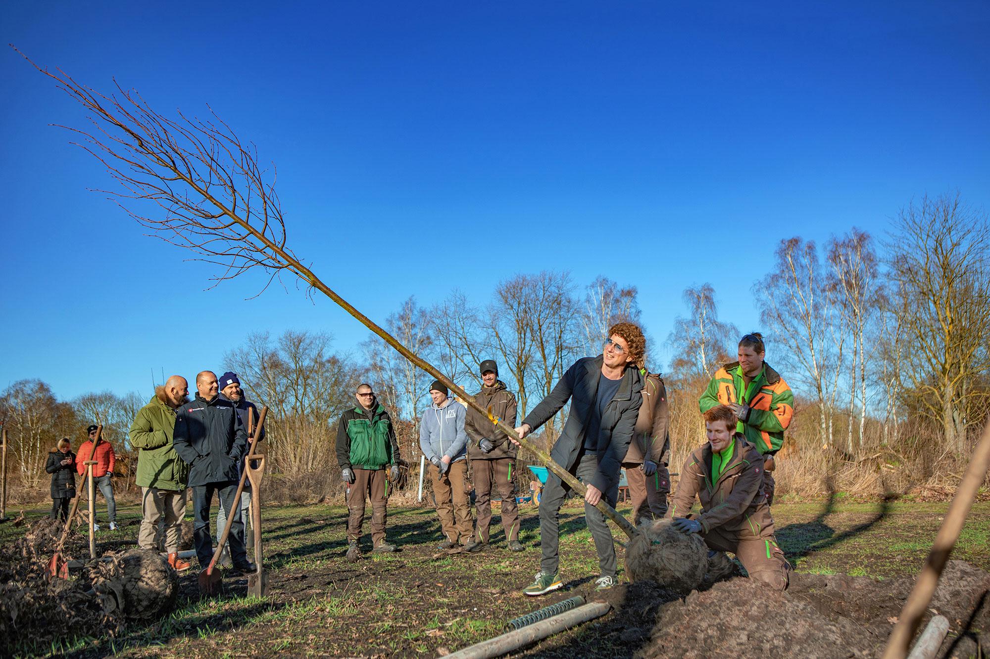 Comedian Atze Schröder pflanzt Baum im FAME FOREST