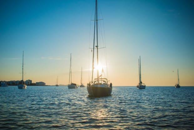 Heb ik een vaarbewijs nodig om een boot op Ibiza te huren?