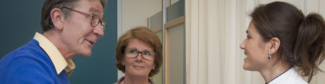 Patiënt en naaste worden verwelkomd door arts