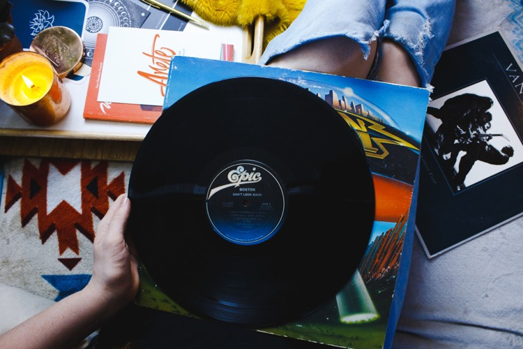 Förvaring made fancy – 5 snygga vinylspelare som sparar plats